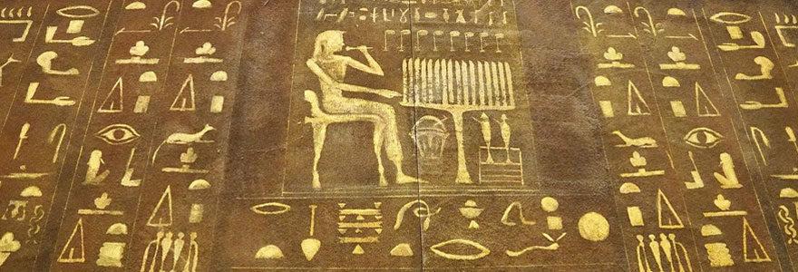 Mur de symboles égyptiens